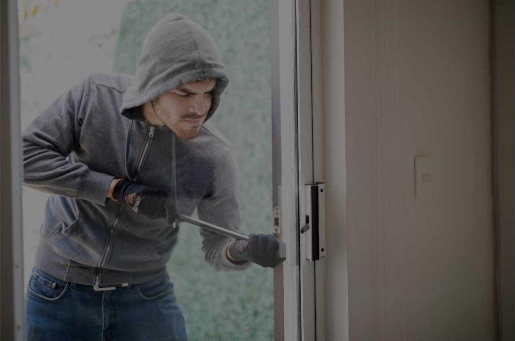 instala una cámara y alarma en tu hogar como medida preventiva o disuasoria